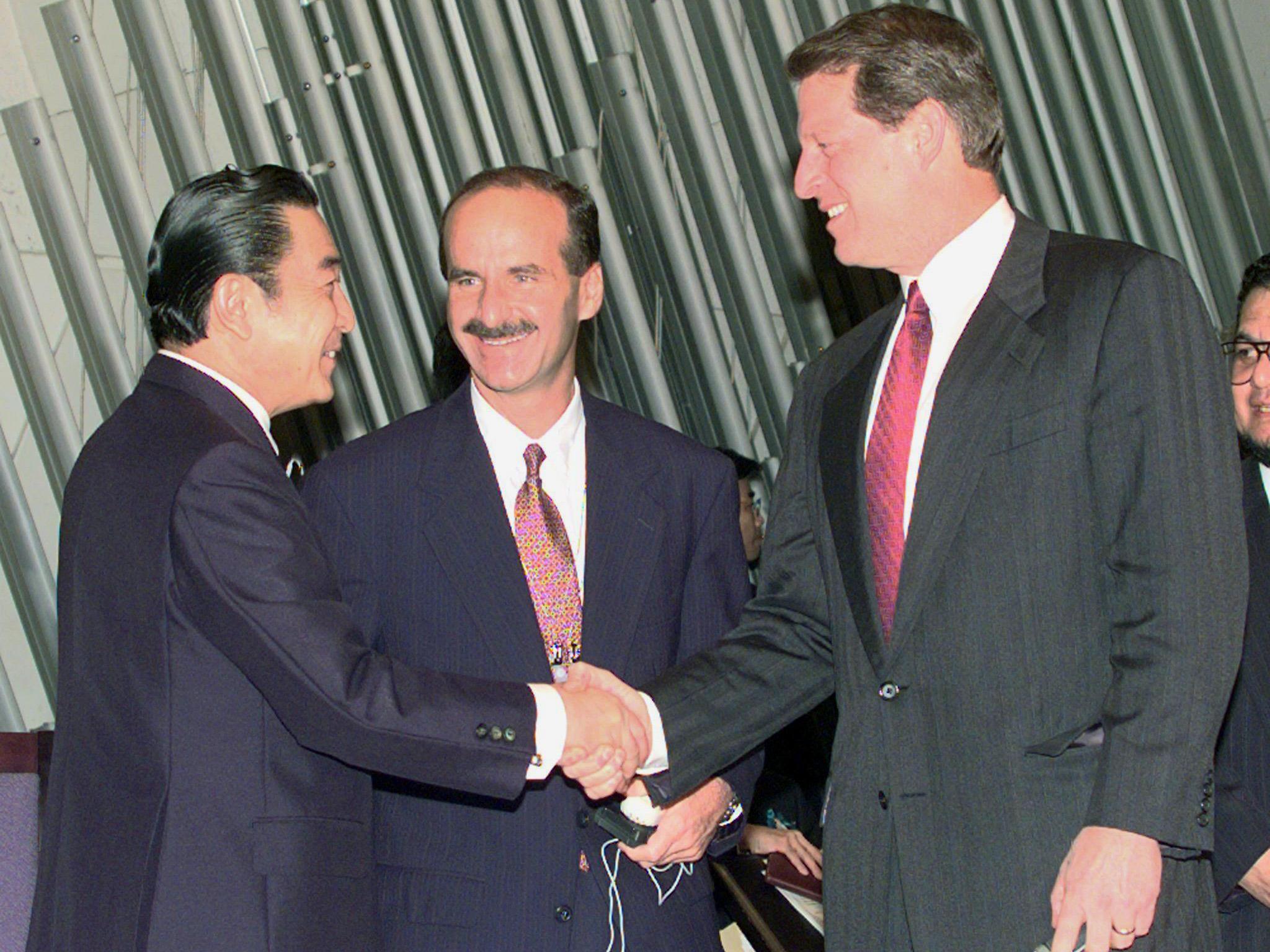 Visiting US Vice President Al Gore (R) s