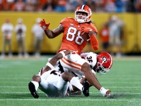 Braden Galloway #88 of the Clemson Tigers makes a catch against Latavious Brini #36 of the Georgia Bulldogs